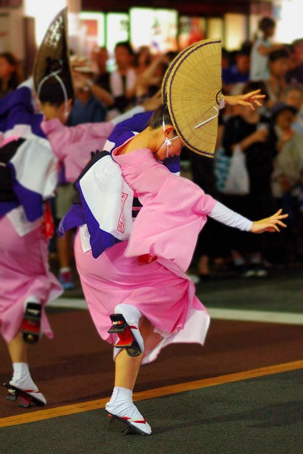 Автор  Йосихиро Сагава Традиционный японский праздник Ава-о-дори возник на юге Японии в небольшом городке Токушима, который расположился вокруг горы Бизан. Во время праздника Обон во многих частях страны проводятся различные фестивали, но праздник Ава-одори – один из самых известных.
