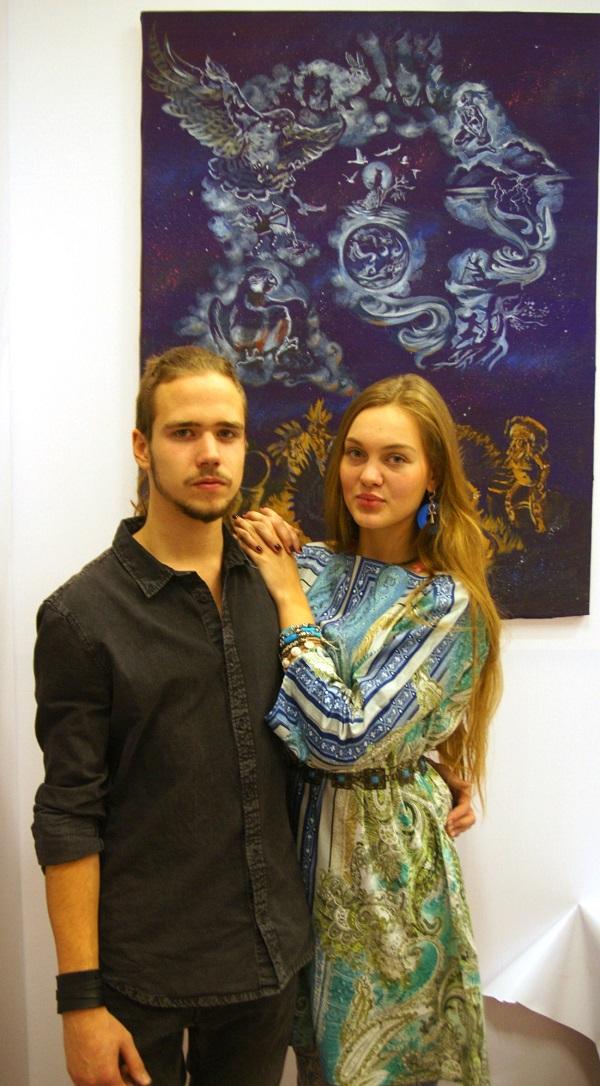 Участники мероприятия Даниэла Рябичева и Станислав Воронков на фоне картины Даниэлы Рябичевой
