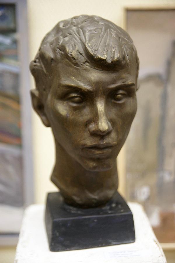 Скульптор Ирина Канканян Портрет регбиста 2010г. тонированный гипс 41х19х21