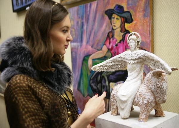 У скульптуры  Олега Уварова МОСХ Выставочный зал  на Беговой, 7 13 декабря 2013 г.