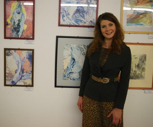 Художник  Анастасия Данилочкина  на фоне своих работ