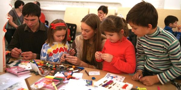 Педагоги мастер-класса для детей по скульптуре Алексей Лоптев и Даниэла Рябичева
