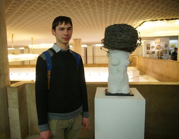 Скульптор  Алексей Лоптев рядом со своей работой на Выставке в ЦДХ