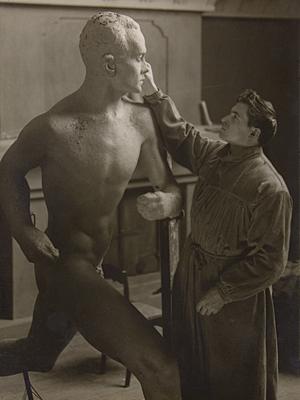 Скульптор Вяйнё Аалтонен  работает над портретом Пааво Нурми  в своей мастерской  в Хирвенсало