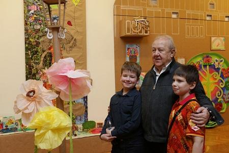 Благотворительная деятельность З.К.Церетели широко известна.  На протяжении многих лет он оказывает всестороннюю помощь и поддержку больным детям и детям с ограниченными возможностям.  Он передает в дар свои произведения для участия в благотворительных аукционах, предоставляет возможность проводить выставки детских работ в Галерее искусств, обеспечивает юных творцов художественными материалами.