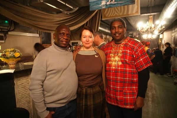 Автор выставки  Марина Пронякова с представителями посольства Республики Кения слева Джордж Оньянго П.Отиено финансовый атташе Посольства Республики Кения