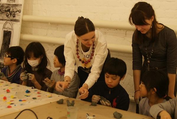 записки о художниках АРТ-РЕЛИЗ.РФ, японские дети на мастер-классе Мастерская Рябичева в Музее Москвы.jp,,,