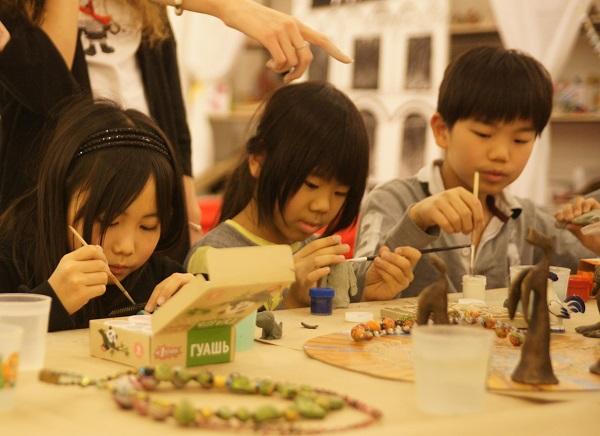 записки о художниках АРТ-РЕЛИЗ.РФ, японские дети на мастер-классе Мастерская Рябичева в Музее Москвы.jpg,