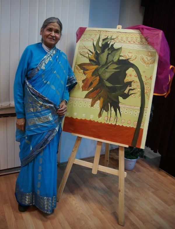 Госпожа  Кришна Рой на фоне картины  Ольги Лисенковой 5 марта 2014 г. Культурный центр им. Джавахарлала Неру при  Посольстве Республики Индия в РФ