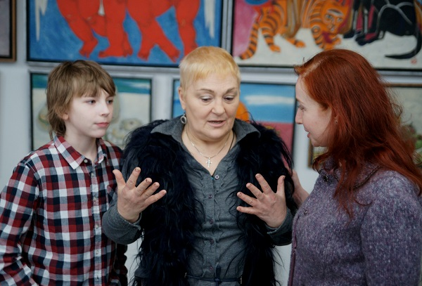 """Автор Выставки  """"Мер-Ка-Ба"""" Маргарита Юркова с Ваней, образ которого вошел во многие картины Маргариты и с Натальей Гиндес -- гостем вернисажа."""