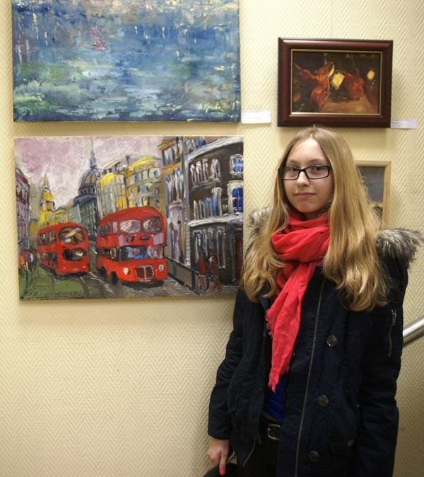 """Участница Выставки Мария Комова рядом со своей работой """"Улицы Лондона"""" холст, масло, 2014 г."""