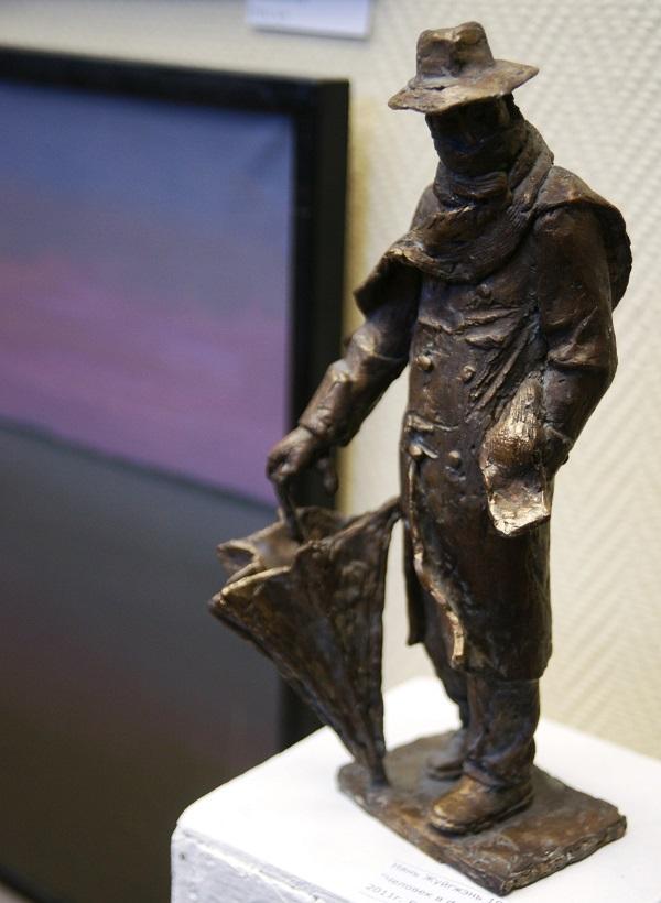 """Скульптор  Нянь-Жуйгжень 1988 г.р. """"Человек в футляре"""" 2011 г. бронза"""