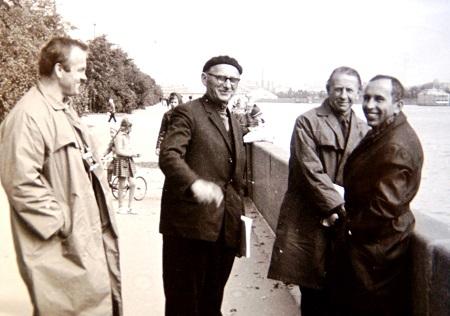 Скульптор  Дмитрий Борисович Рябичев (справа) с коллегами (фото из архива Александра и Даниэлы Рябичевых)