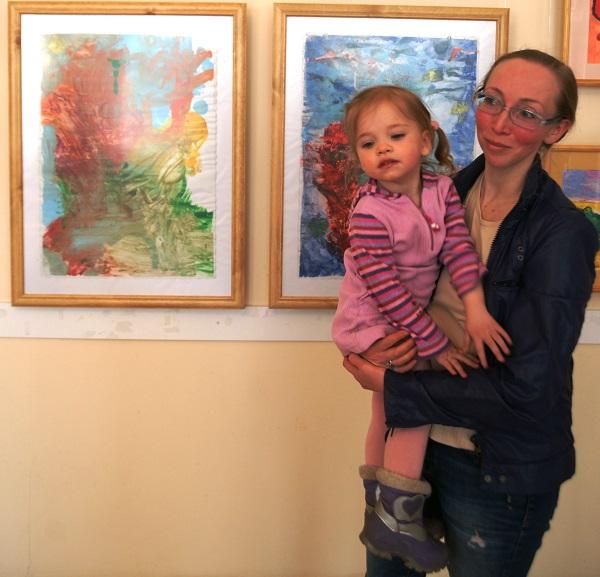 Юный гений Агния (2, 8 года) с мамой на фоне своих абстрактных рисунков