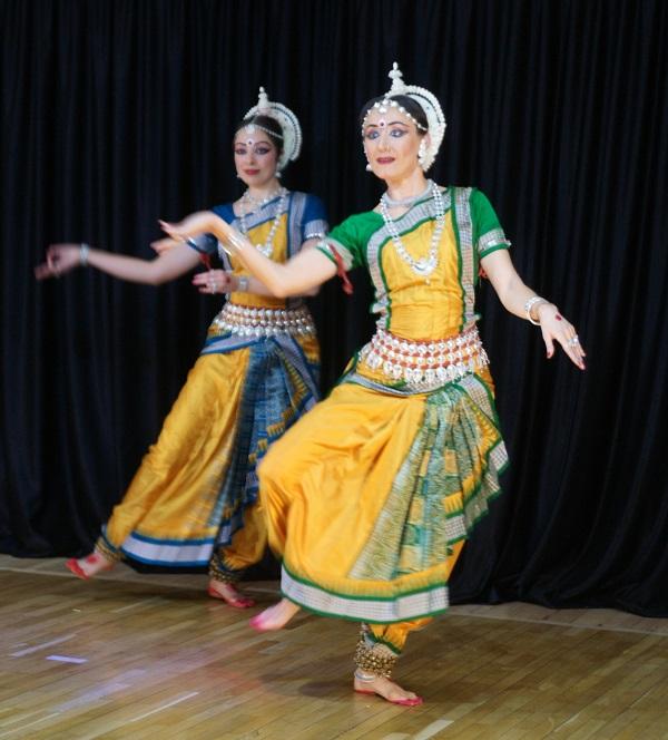 """гуруджи был мастером по хореографии паллави, он создал несколько десятков танцев, в котором каждый рисунок  является образцом стиля, красоты и гармонии музыки и движения.   Танцовщицы театра индийского танца """"ОМКАРА"""""""