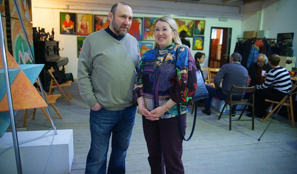 Скульптор  Александр Рябичев и гостья вернисажа  Марина Гагарина