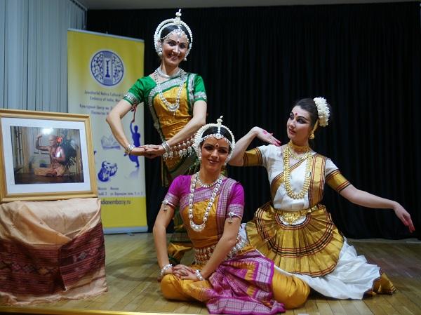 "Артистки театра танца ""ОМКАРА"" рядом с фотографией  гуру Келучарана Мохапатры"