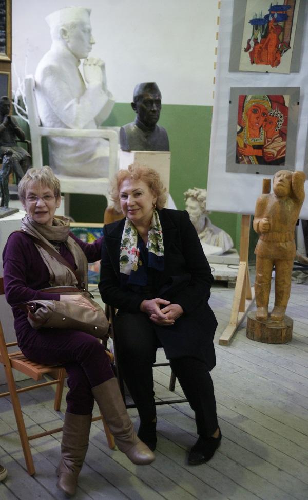 Художник, скульптор  Юлия Бугуева (слева) и гостья вернисажа