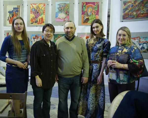 Скульптор  Александр Рябичев, слева от него  продюсер Рейко Сузуки (Япония) Даниэла Рябичева (слева) София Загряжская и  Марина Гагарина (справа)