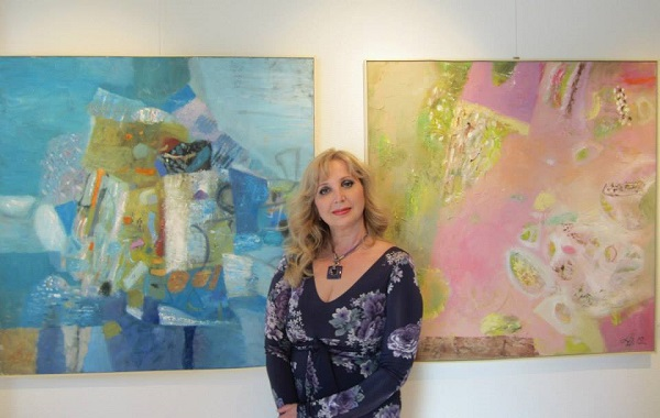 Художник  Лариса Белима на фоне своих работ  в M ART Gallery (Базель, Швейцария)