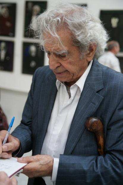 Скульптор Николай Никогосян на выставке работ Игоря Обросова в Новом Манеже, 2010 г.