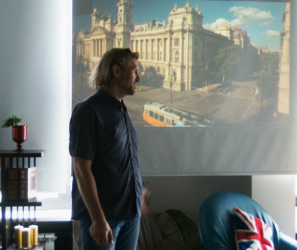 Автор выставки Геннадий Немых на фоне экрана, во время демонстрации его работ  Открытие выставки фотографий  кинооператора и сценариста Геннадия Немых  в студии дизайна BriArt 11 июня 2014 г.