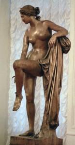 Иван Витали Венера, снимающая сандалию