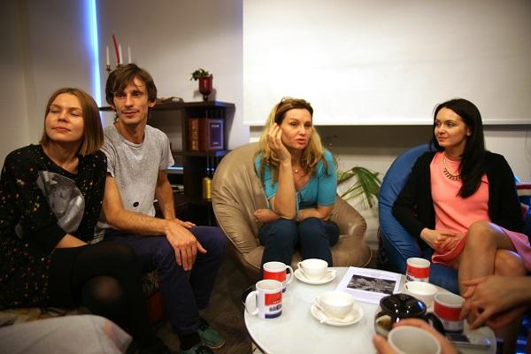 Ольга Гуринович (в центре ) с гостями вернисажа  после открытия выставки фотографий  кинооператора и сценариста Геннадия Немых  в студии дизайна BriArt 11 июня 2014 г.