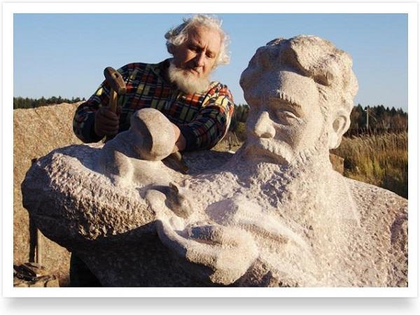 Скульптор  Вячеслав Пилипер  работает над  композицией, посвященной скульптору А.П. Кибальникову
