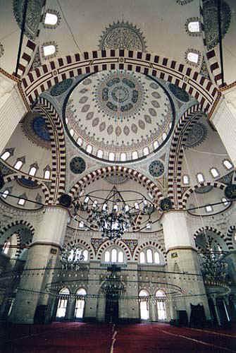 Мечеть Шехзаде. Как и многие, построенные Синаном мечети, у здания квадратное основание, на котором покоится большой центральный купол, окружённый четырьмя половинами куполов и многочисленными вспомогательными куполами меньшего размера. Массивные гранёные колонны, несущие купол, прорисованы очень чётко, структура сводов ярко выделена чередующейся темной и светлой клинчатой кладкой арок. Здесь расположены тюрбе Шехзаде Мехмеда, а также Рустема-паши и Мустафы Дестери-паши.