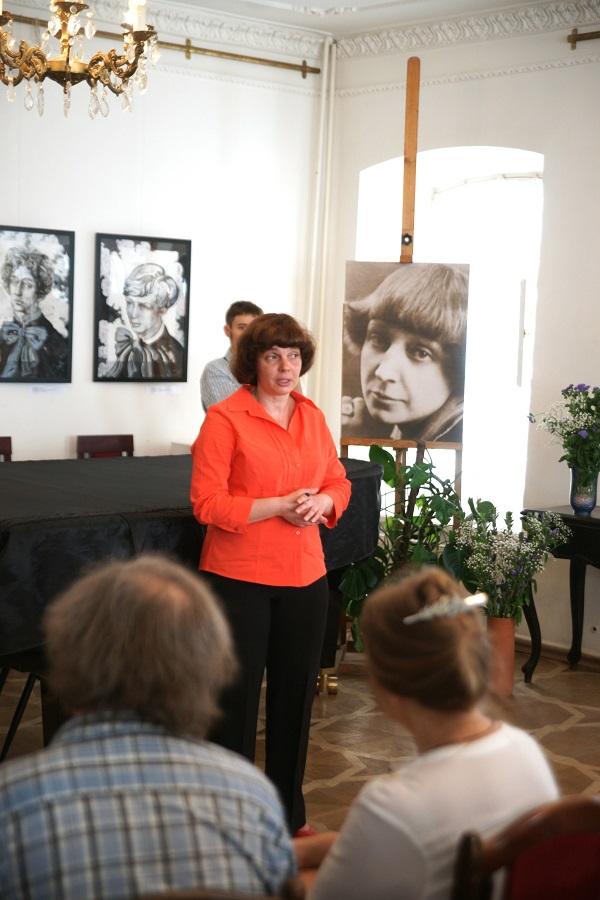 Маргарита Сюрина автор идеи и организатор Выставки открывает торжественную часть мероприятия