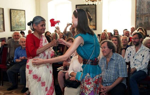 Кришна Рой  поздравляет  участников с открытием выставки