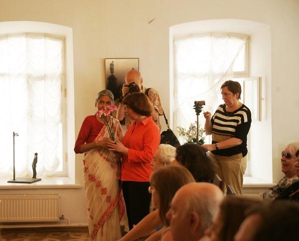 Кришна Рой  поздравляет  Маргариту Сюрину  с началом проекта