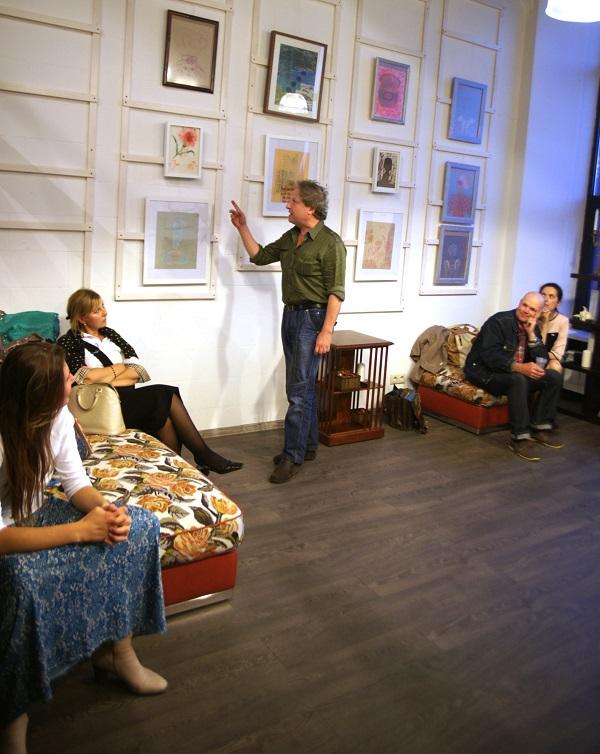 Вилли Мельников  читает стихи на разных языках у картин Анны Медалье