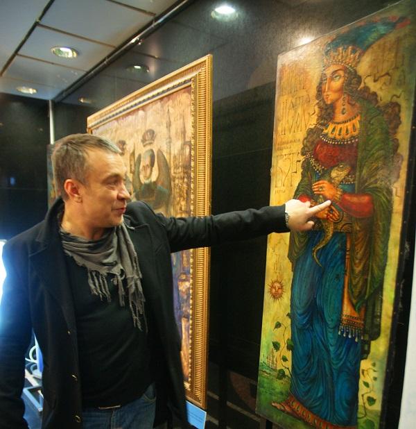 """Художник  Валерий Миронов на своей выставке в галерее """"Актер"""""""