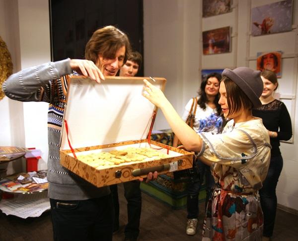 В разгар вечера торжественно прибыла огромная коробка с печеньем, изготовленным специально для праздника.  Выставка  Кристины Макеевой  в Студии дизайна  BriArt