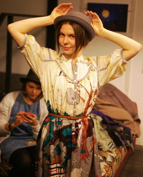 Кристина в этот вечер  сама выглядела как Волшебница,  специально подобрав  платье с рисунком-сюжетом и оригинальную шляпку