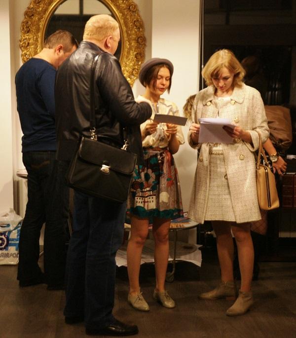"""Кристина Макеева автор Выставки """"Простые Волшебные Вещи""""  с родителями"""