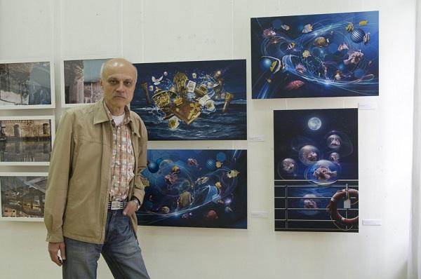 Сергей Погорелый  на фоне своих работ