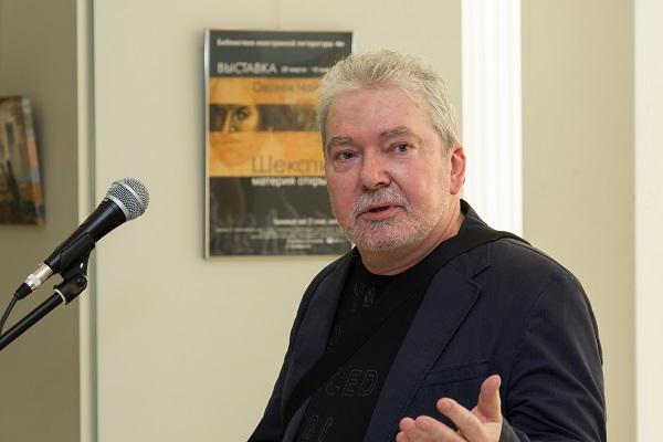 Художник  Сергей Чайкун  на открытии своей выставки в Библиотеке иностранной литературы.