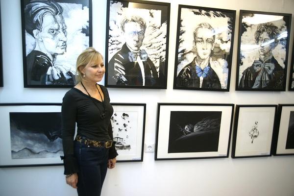 Жанна Булгакова журналист, заслуженный деятель РФ на фоне работ Маргариты Сюриной и Екатерины Успенской