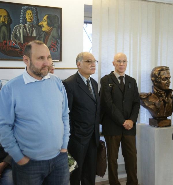 Скульптор  Александр Рябичев (слева) искусствовед Семен Белов искусствовед  Николай Калинкин