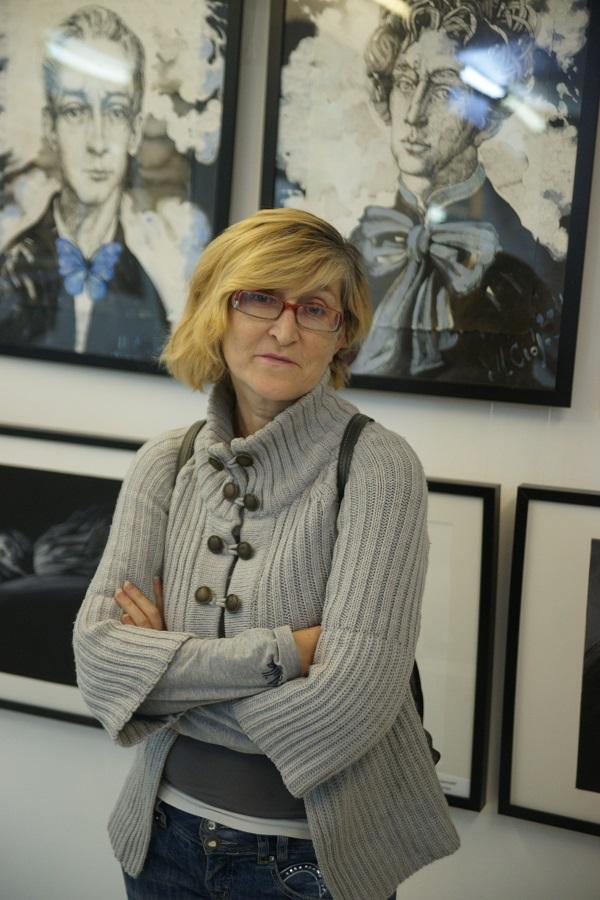 Журналист, писатель Эва Касански на фоне графики Маргариты Сюриной и Екатерины Успенской