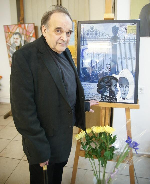Художник Леонид Козлов, участник проекта на фоне своей работы, посвященной Александру Пушкину