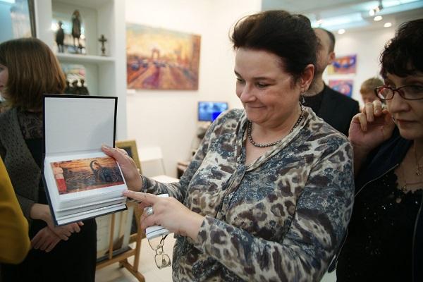 Мама художника Романа Рахматулина Надежда Валентиновна  на выставке в ТНК Арт галерее