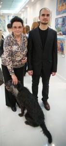 Роман Рахматулин  с мамой Надеждой Валентиновной и любимой собакой Чернышом.  Черныш стал прообразом Синего Пса в картинах Романа Рахматулина.