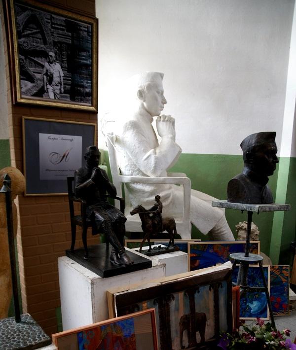 В Мастерской скульптора Дмитрия Рябичева в студии Александра и Даниэлы Рябичевых, где хранится модель памятника Джавахарлалу Неру