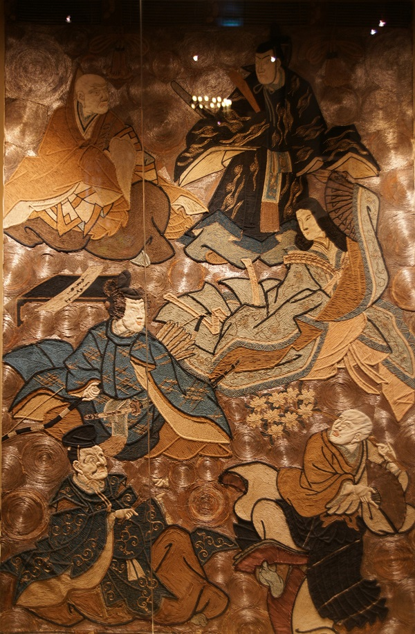 """Панно  """"Шесть магов"""" Япония 19 век ткань, вышивка, аппликация, шелковые, золотные, серебряные, хлопчато-бумажные нити, ткань Чай и чайные традиции проникли в Страну восходящего солнца вместе с буддийскими монахами из Китая. Это определило религиозный характер чаепития, которое со временем оформилось в сложный ритуал. Выставка познакомит с атрибутами нескольких основных школ чайной церемонии современной Японии, раскрывающими основные принципы дзен-буддизма, среди которых – нарочитая грубоватость, простота формы и декора, рукотворные «дефекты» производства, придающие каждой вещи неповторимую индивидуальность."""