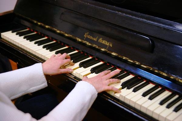 """Творческие встречи в галерее  """"Живая Жизнь"""" всегда сопровождаются  импровизированными концертами и поэтическими выступлениями.  Играет Анна Медалье"""