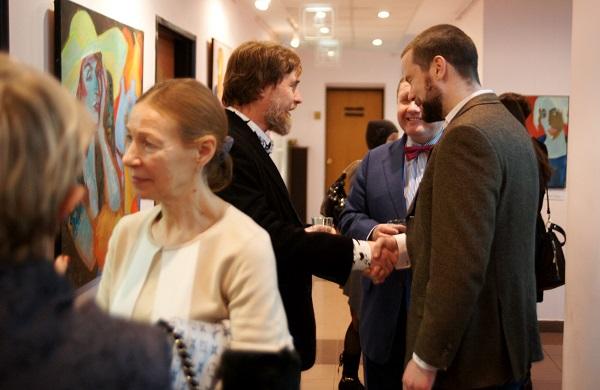 """Илья Комов встречает гостей  в галерее """"На Чистых Прудах"""""""